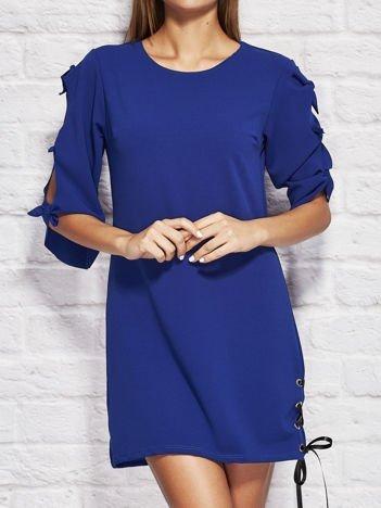 Kobaltowa sukienka dzienna z kokardami na rękawach