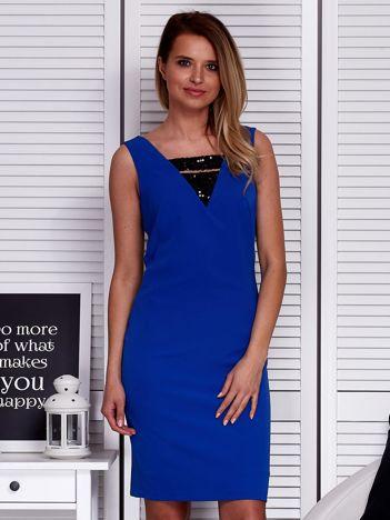 Kobaltowa sukienka z cekinowymi wstawkami i dekoltem z tyłu