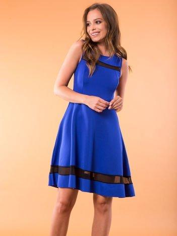 Kobaltowa sukienka z transparentnymi modułami