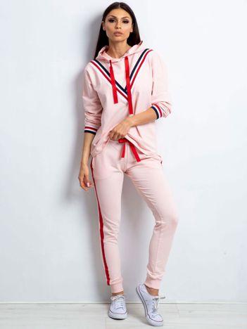 Komplet jasnoróżowy z wykończeniem tricolor bluza i spodnie