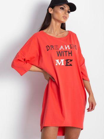 Koralowa sukienka dresowa z nadrukiem