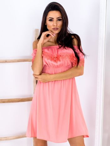 Koralowa sukienka hiszpanka mini z falbanką przy dekolcie