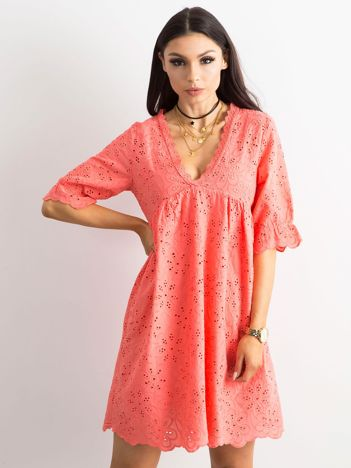 Koralowa sukienka w haftowane kwiaty