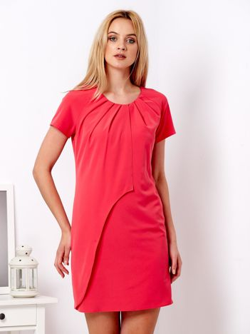 Koralowa sukienka z asymetryczną falbaną
