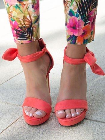 Koralowe sandały z zamszu na grubszej platformie z ozdobną kokardką przy zapięciu na kostce