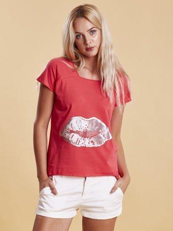 Koralowy t-shirt z motywem ust