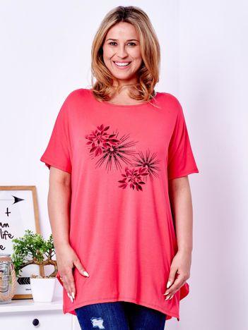Koralowy t-shirt z roślinnym printem PLUS SIZE