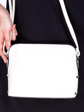 Kremowa torebka listonoszka z bocznymi ćwiekami
