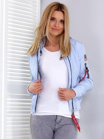 Krótka jasnoniebieska kurtka z suwakami