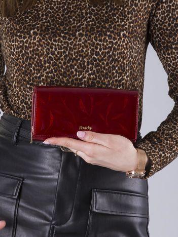Lakierowany skórzany portfel czerwony