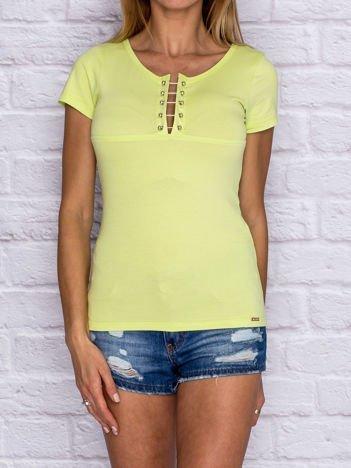 Limonkowy t-shirt z ozdobną wstawką przy dekolcie