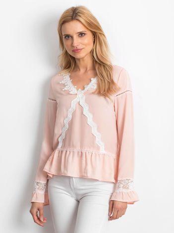 Łososiowa szyfonowa bluzka z koronkowymi wstawkami