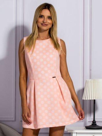 Łososiowa warstwowa sukienka w grochy