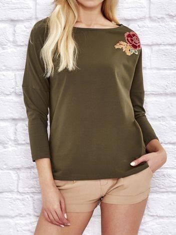 Luźna bluzka z kwiatową naszywką khaki