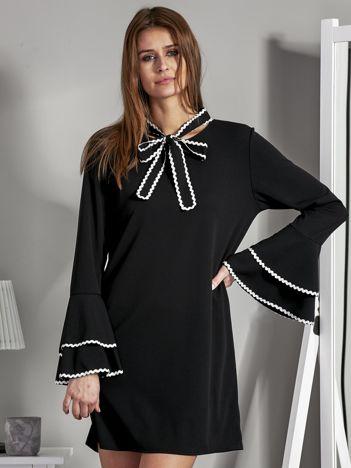 Luźna sukienka z wiązanym chokerem czarna