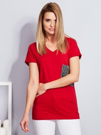 Luźny t-shirt V-neck z kieszenią z cyrkonii czerwony