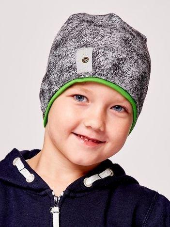 Marmurkowa czapka chłopięca z naszywką szaro-zielona