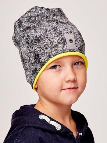 Marmurkowa czapka chłopięca z naszywką szaro-żółta