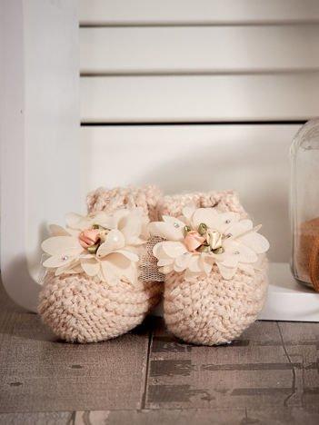 Miękkie buciki dziewczęce z ozdobnymi kwiatami beżowe