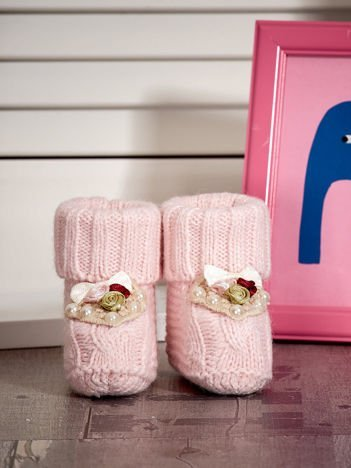Miękkie buciki dziewczęce z ozdobnymi serduszkami jasnoróżowe