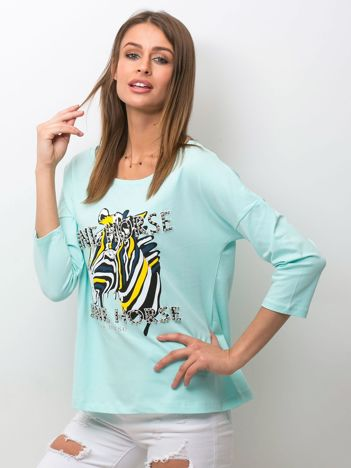 Miętowa bluzka z zwierzęcym nadrukiem i perełkami