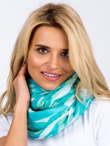Miętowa chusta w kolorowe desenie