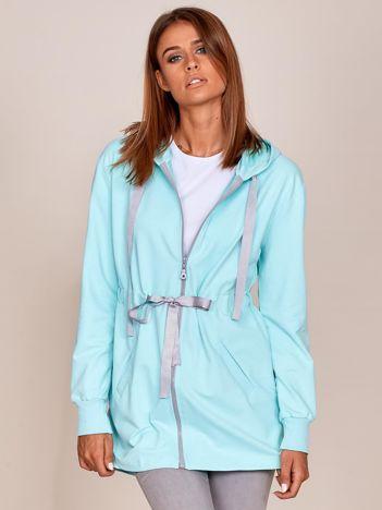 Miętowa dłuższa bluza ze ściągaczem w pasie i kapturem