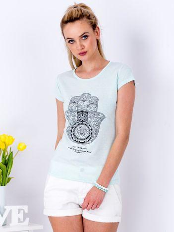 Miętowy t-shirt z egzotycznym printem