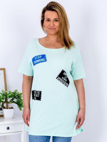 Miętowy t-shirt z nadrukiem naszywek PLUS SIZE