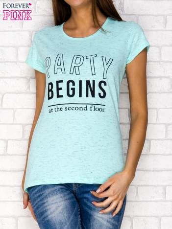 Miętowy t-shirt z napisem PARTY BEGINS