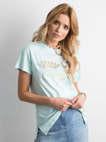Miętowy t-shirt z napisem i aplikacją