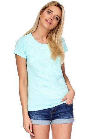 Miętowy t-shirt z ornamentowym printem