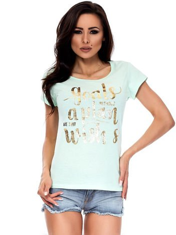 Miętowy t-shirt ze złotym napisem
