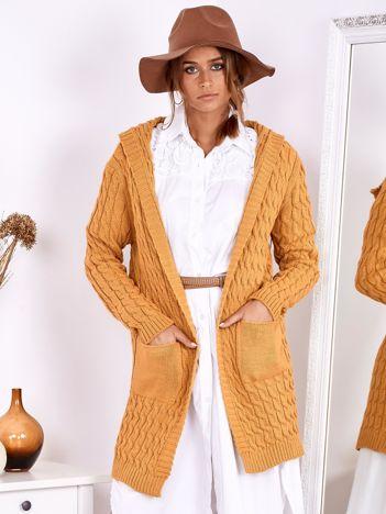 Musztardowy otwarty sweter w warkocze z kapturem i kieszeniami