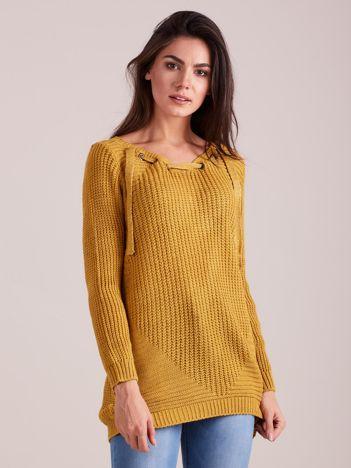 Musztardowy sweter ze sznurowaniem