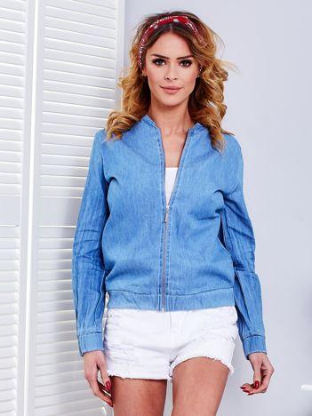 Niebieska bluza bomberka z napisem na plecach