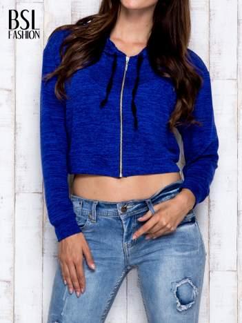 Niebieska bluza cropped z kapturem