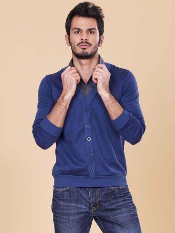 Niebieska bluza dla mężczyzny z koszulą