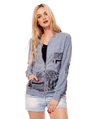 Niebieska bluza o kroju bomberki z motywami paper print