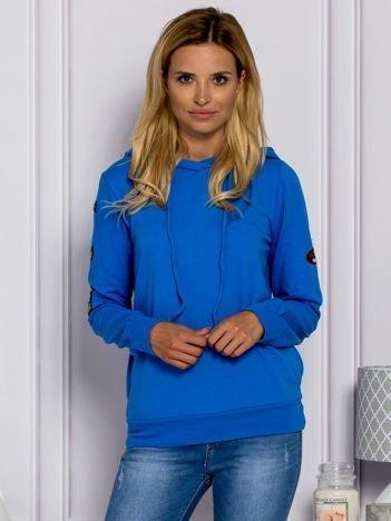 Niebieska bluzka damska z naszywkami
