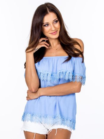 Niebieska bluzka hiszpanka z koronkową falbaną