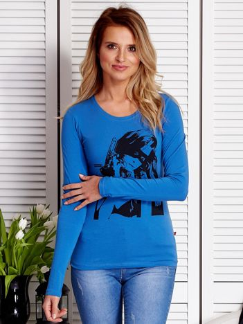 Niebieska bluzka z dziewczyną z bronią