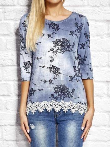 Niebieska denimowa bluzka w kwiaty