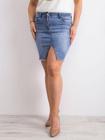 Niebieska jeansowa spódnica z wycięciem PLUS SIZE