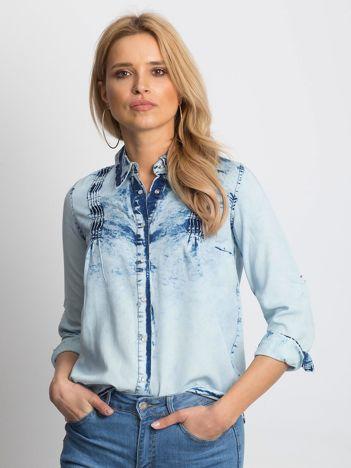 Niebieska koszula jeansowa z podwijanymi rękawami