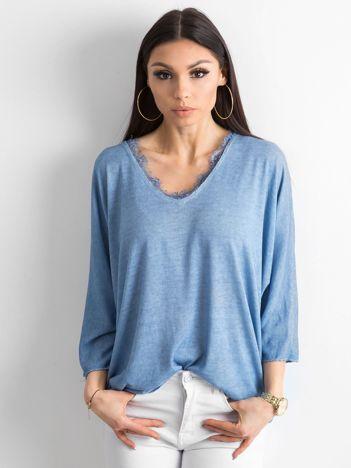 Niebieska luźna bluzka w serek