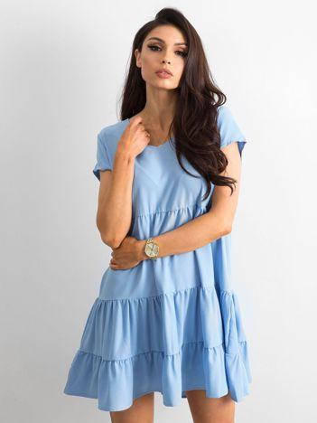 Niebieska luźna sukienka z falbaną