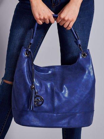 Niebieska miękka torba z ozdobną przywieszką