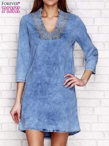 Niebieska sukienka jeansowa w stylu etno