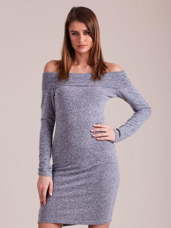 Niebieska sukienka odsłaniająca ramiona